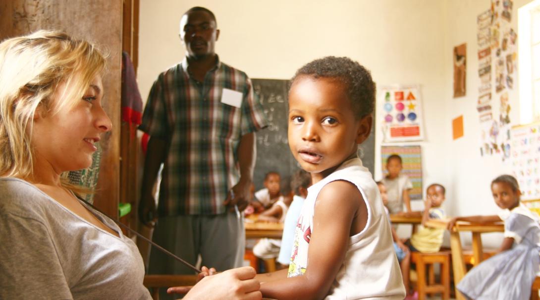 タンザニアの学校で子供のケアにあたるチャイルドケアボランティア